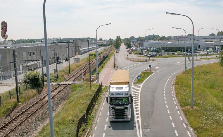 De oostelijke tangent zal de N70 met de E17 verbinden, langs de spoorlijn Sint-Niklaas-Mechelen. Voor de ontsluiting van het Europark-Zuid is wel een nieuwe oplossing nodig.