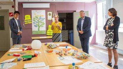 Minister Dalle (CD&V) brengt bezoek aan Huis van het Kind dat 600 pakketten verdeelde onder kwetsbare kinderen en jongeren