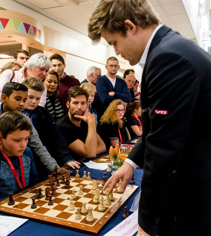 Jannes Westerhof en Nick Schilder nemen het op tegen Magnus Carlsen.