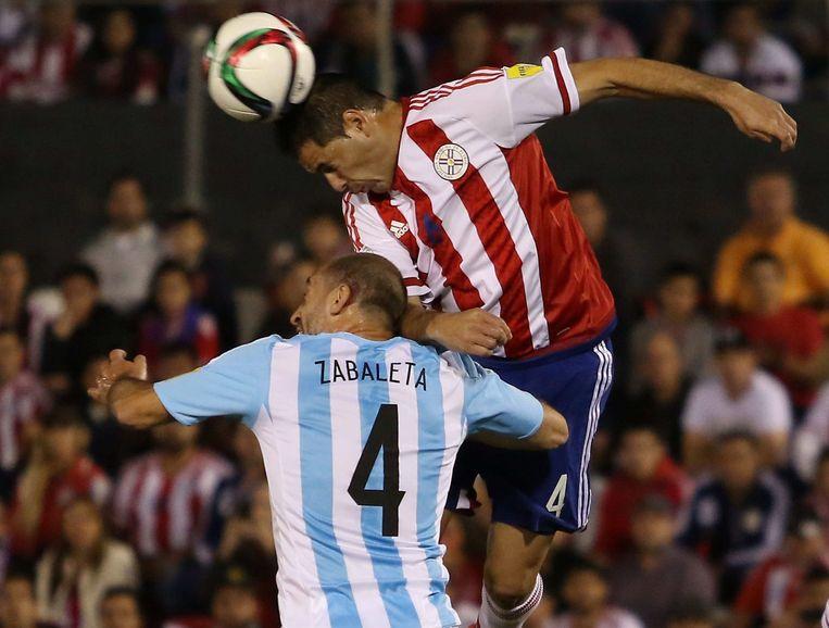 Pablo Aguilar (R) in duel met Pablo Zabaleta Beeld anp