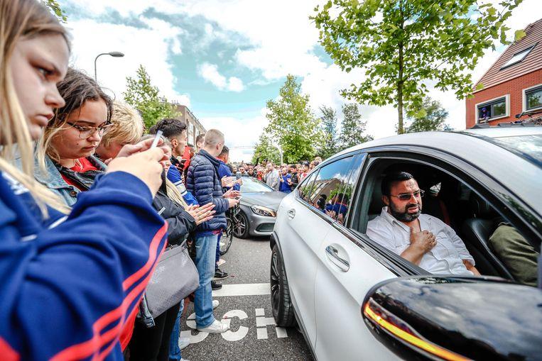 De vader van Abdelhak Nouri komt aan bij het huis van de Ajaxied waar honderden fans een eerbetoon houden.  Beeld ANP