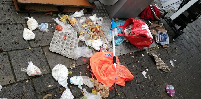 Dagelijks treffen vrijwilligers veel vuil aan rondom containers in de wijk Crabbehof.