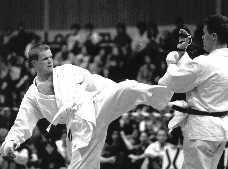 Hans Nijman tijdens de finale tijdens het NK Karate in 1990. Beeld anp