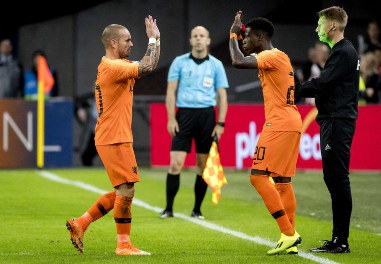 Wesley Sneijder wordt gewisseld voor Quincy Promes. Beeld ANP