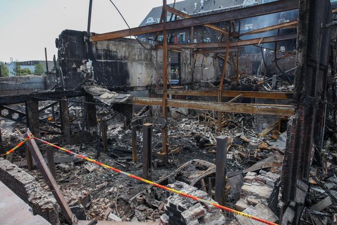 De dag na de brand aan de Koningin Wilhelminahaven in Vlaardingen is de schade goed zichtbaar.