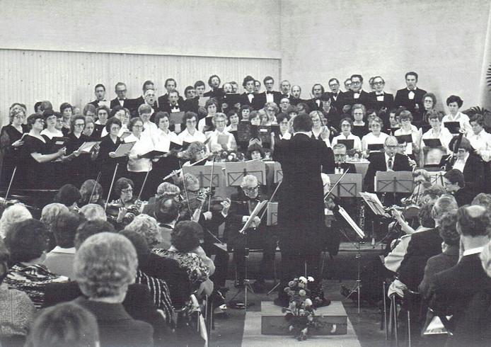 Het Moeder Godskoor zingt samen met het Roosendaals Gemend Koor, in 1977.