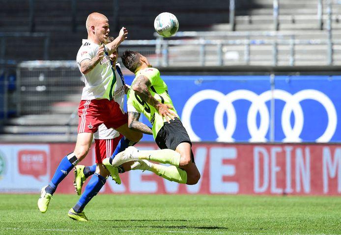 Rick van Drongelen (links) in duel met Manuel Schäffler, die twee keer scoorde voor Wehen Wiesbaden waardoor hij topscorer van de Tweede Bundesliga werd.