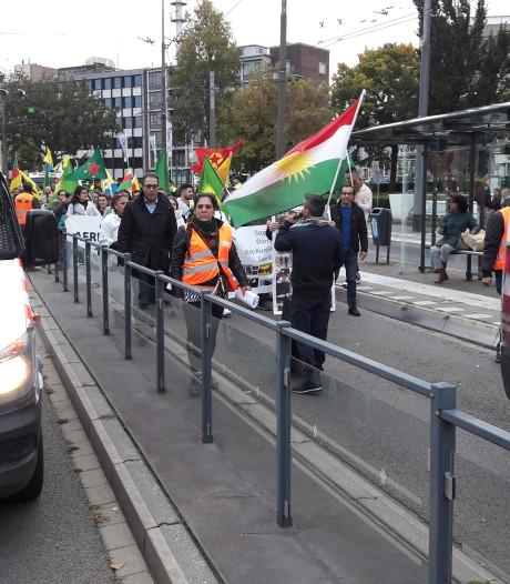 Demonstratie 80 Koerden over busbaan Arnhem houdt volle trolleybussen tegen; veel politie op de been