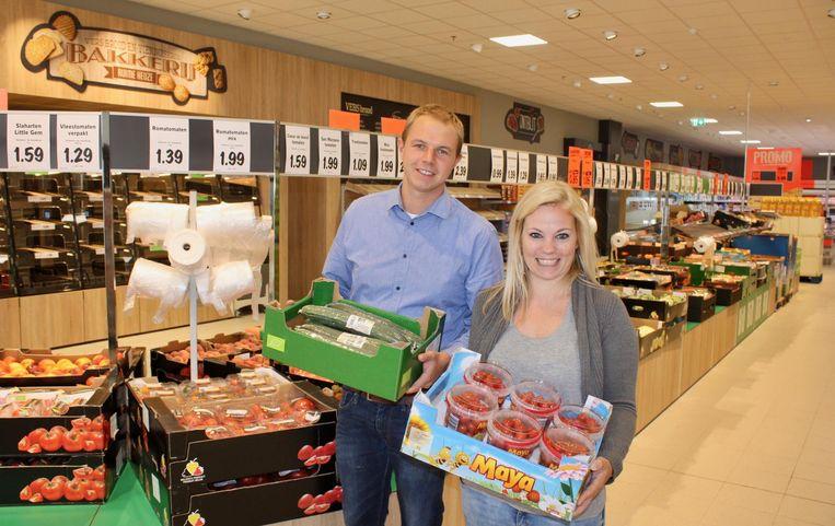 Verkoopmanager Tom Broeckaert en filiaalmanager Liselotte Vermeulen waren gisteren nog druk in de weer met het vullen van de rekken.