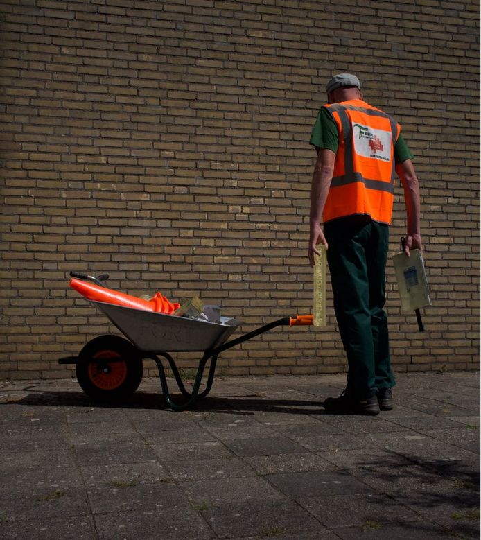 De kunstenaar ging steeds open en bloot te werk in de stad. Verkleed als stratenmaker, waardoor nauwelijks mensen op hem letten.
