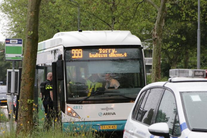 De politie is op zoek naar een man in de omgeving van het Stationsplein in Voorschoten.