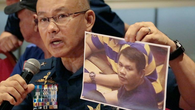 Het hoofd van de Filipijnse politie toont een foto van de dader die afgelopen vrijdag een casino in Manilo binnenliep, wild om zich heen begon te schieten en brand stichtte. 37 mensen kwamen om het leven.