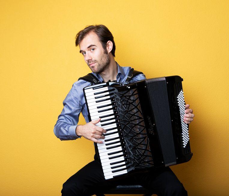Muzikant Vincent van Amsterdam speelt Bach op de accordeon. Muzikant Vincent van Amsterdam speelt Bach op de accordeon. Beeld Martijn Gijsbertsen
