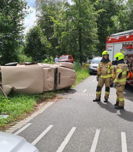 Bestelauto slaat om in Dieren, bestuurder gewond