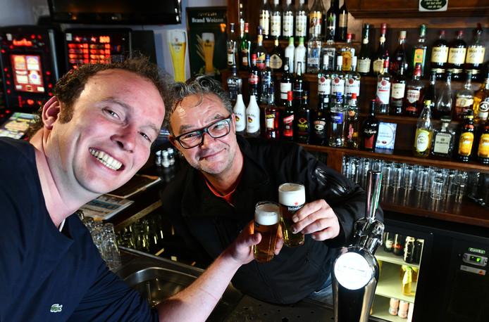 Eigenaar Marc van Willigenburg (achter de bar) vindt het na dertig jaar genoeg.