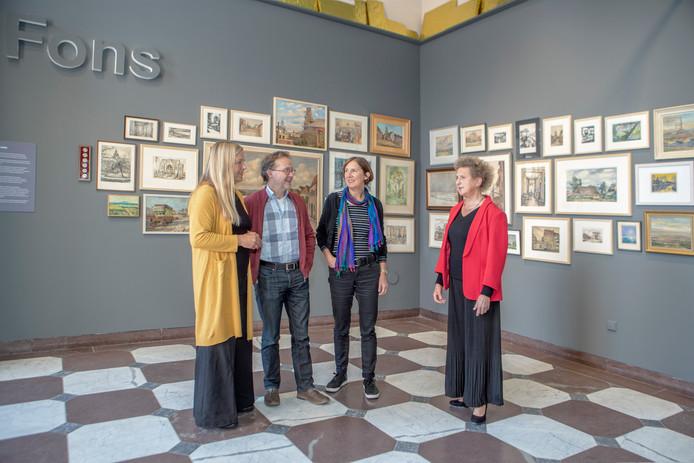 De kinderen van Fons Gieles voor zijn werk in de Tuinzaal, vlnr: Marga, Paul, Marielle en Carien.
