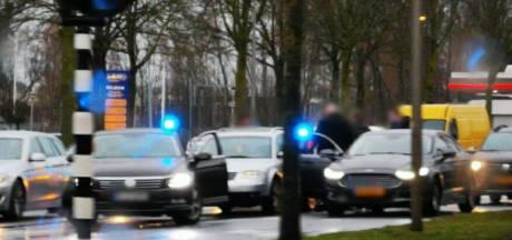 Politie 'boxt' auto in op Zuiderval in Enschede: twee mannen aangehouden