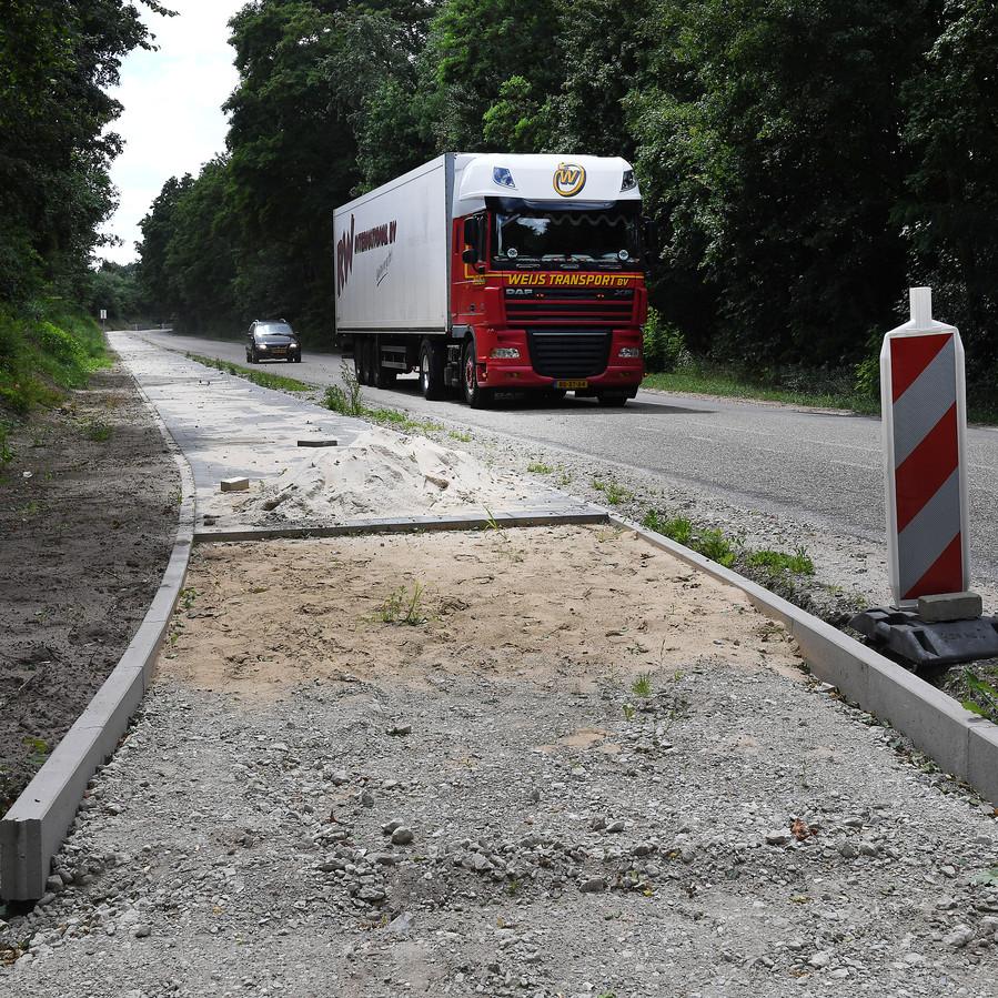 De Karrevenseweg is gevaarlijk voor fietsers. Daarom is er een fietspad aangelegd. De laatste delen moeten nog worden gelegd.