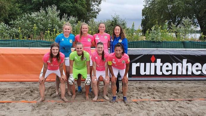 De vrouwen van Beach Soccer Zeeland.