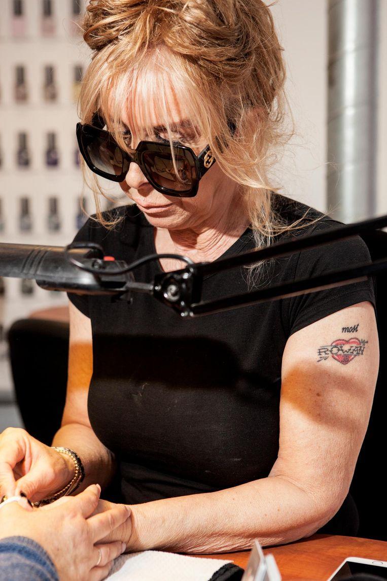 Nagelstyliste Monique (Moon) Bowes: 'Waarom laat je hem met gellak wegkomen, Til?' Beeld Niels Blekemolen