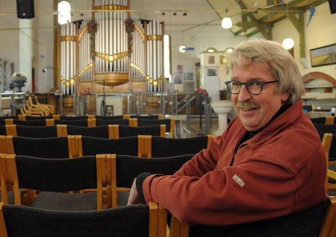 Theo Hamelink in de zaal van het Podium van Zaamslag bij het tienjarig bestaan in 2017.
