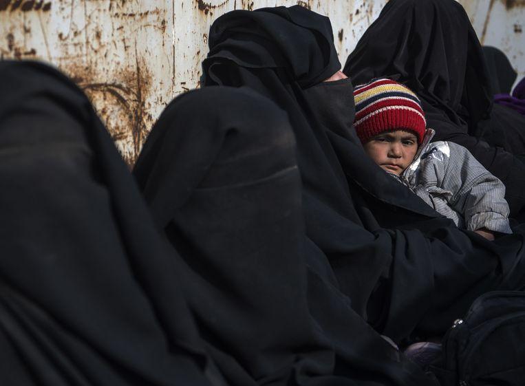 Vrouwen en kinderen vluchten uit Baghouz, waar het driejarige dochtertje van de Nederlandse Syriëganger gewond zou zijn geraakt. Beeld AFP