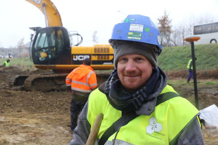 Archeoloog Maarten Bracke op de site.