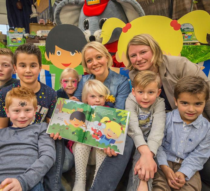 Schrijfster Gerdien Janse (midden) en illustratrice Patricia Vermunt presenteren het boekje 'Ye & Bo en de kriebelbeestjes'.