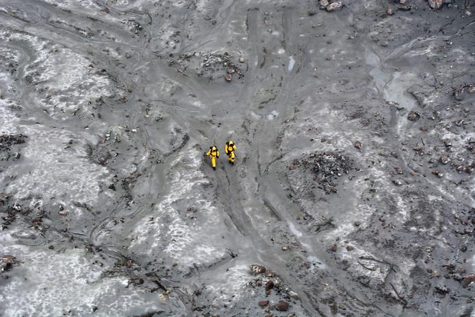 Les sauveteurs tentent de retrouver les corps dans des conditions très compliquées