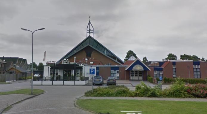 De parkeerplaats voor Snack-Plaza Willem de Boer en de Ichtuskerk op Urk waar een groep jongeren maandagavond de 18-jarige Soufyan Boukhizzou stond op te wachten.