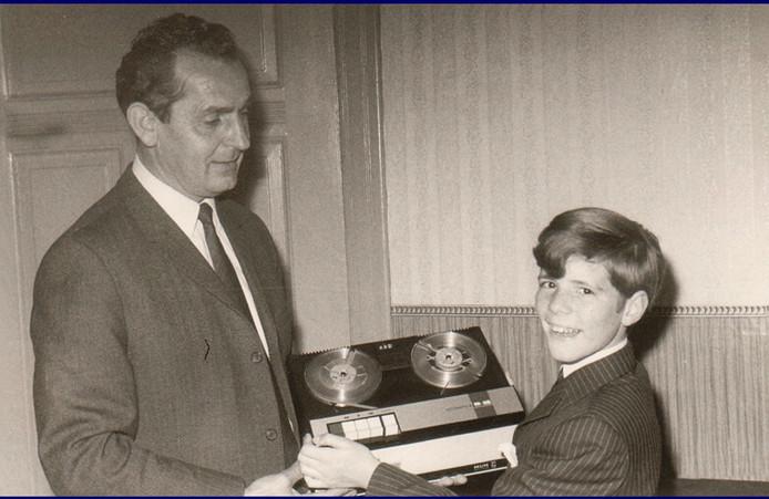 Addy Kleijngeld schenkt zijn pupil Heintje een bandrecorder, zodat die thuis nieuwe liedjes kon oefenen.