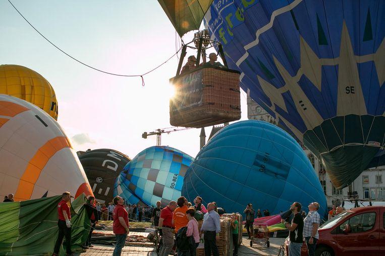 De Grote Markt ligt vol ballonnen die een voor een de lucht in gaan.