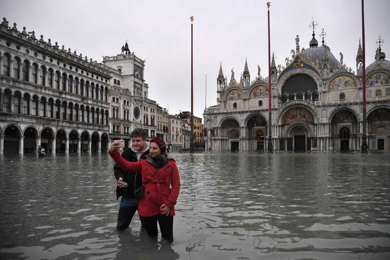 Zelfs het hoge water schrikt toeristen niet af om toch een selfie te nemen met de beroemde basiliek aan het San Marco-plein, dat voor de zesde keer in zijn 1200-jarige geschiedenis is ondergelopen.