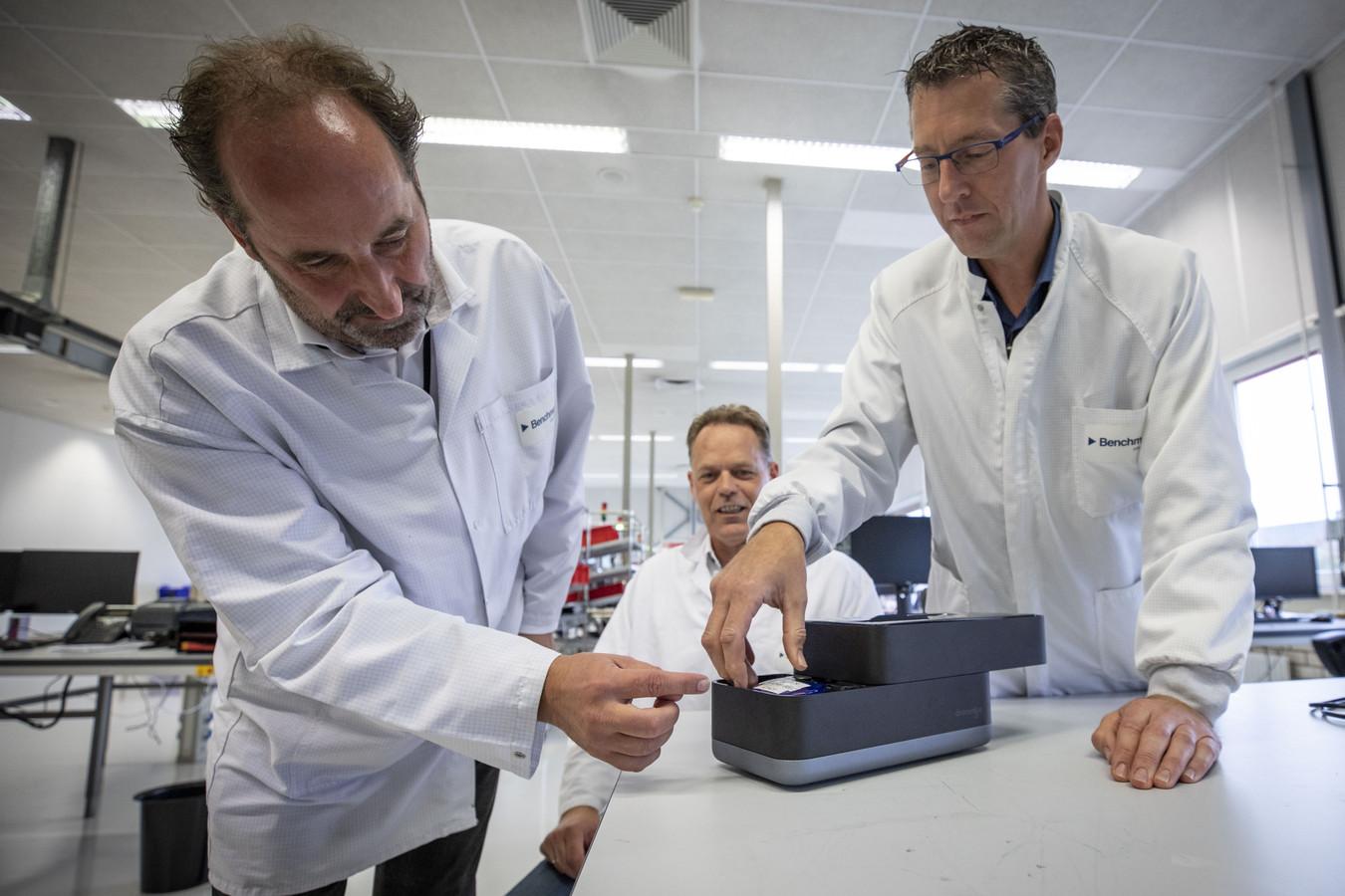 Vanaf links: Herman Bartelink (directeur), Paul Keijser (business developer) en Willem Jan Esmeijer (projectleider) met het 'lab in een schoenendoos'.
