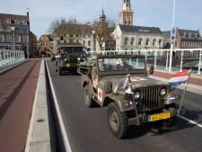 Militaire colonne trekt over Stadsbrug Kampen