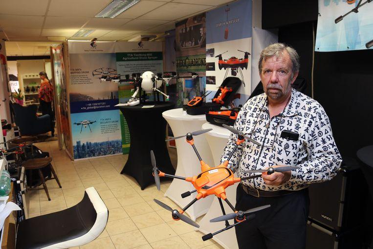 Michel Ratiau verkoopt in het Zandpand professionele drones.