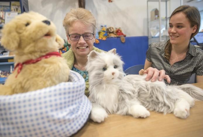Frion-cliënt Margriet Bruins (links) en Frion-projectleider digitale regie Anica Dannenberg met de robotkat- en pup.