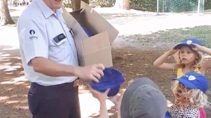 Politie deelt petjes uit aan kinderen op speelplein