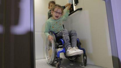 """Annalina (7) kan eindelijk nieuwe schoollift testen: """"Alle klasgenootjes en de hele school spaarden mee!"""""""