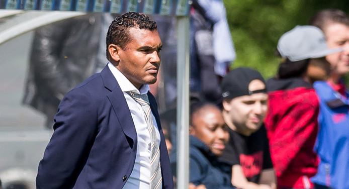 Nordin Wooter als coach van Ajax Onder 16.