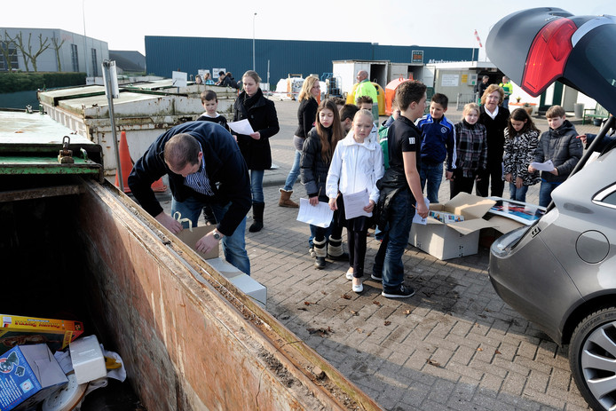 Sommige inwoners van Rucphen moeten vanaf 2020 een eind verder rijden omdat de milieustraat in die gemeente sluit. Rucphen gaat samenwerken met de milieustraat in Etten-Leur. Dat biedt veel voordelen, ook op financieel gebied, zegt wethouder René Lazeroms.