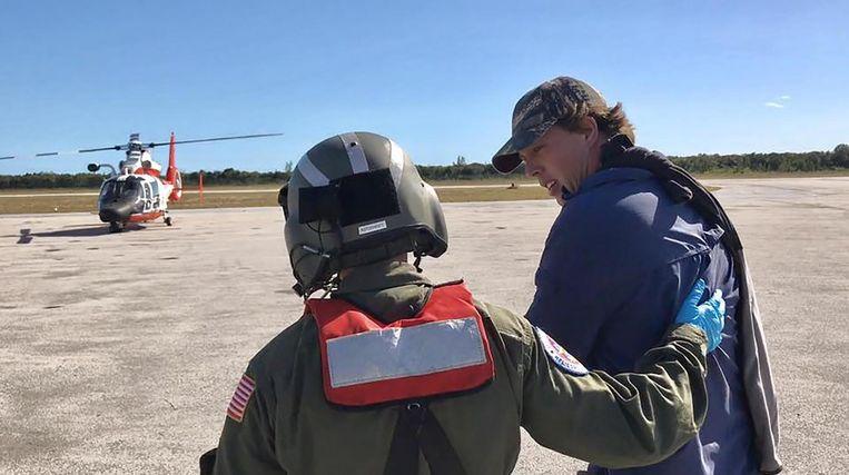 De US Coast Guard neemt Vonk mee naar het ziekenhuis.