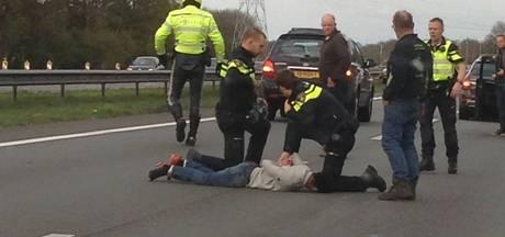 Politie rijdt auto klem op A1 bij Holten, arresteert 2 mannen