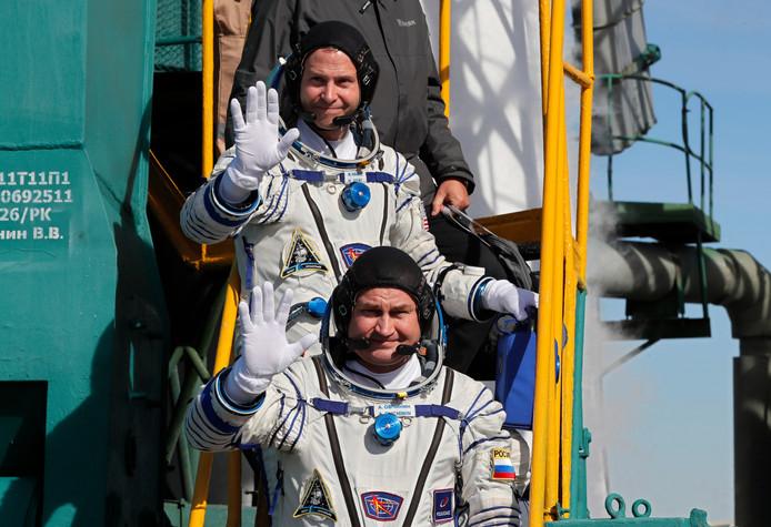 Amerikaanse astronaut Nick Hague (rechts)  en de Russische kosmonaut Aleksej Ovtsjinin.