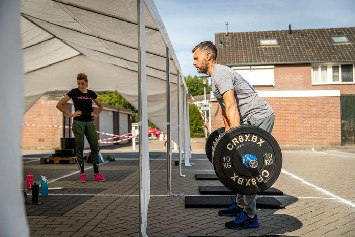 Bij Gymbokx in Helmond wordt sinds kort volop buiten gesport.
