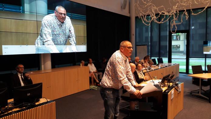 Voorzitter Ad Sterkens van de Lithse fanfare Sint-Lambertus spreekt de Osse raadscommissie toe.