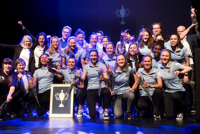 De voetbalsters van Eldenia winnen op het Arnhems Sportgala de Sport-Ster bij de amateurs. Linksachter juicht teammanager Patty Marcus mee.