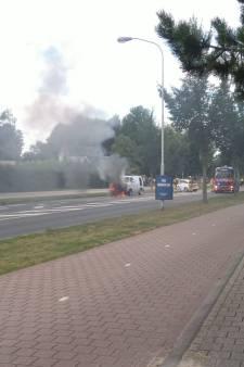 Busje vat vlam in Doetinchem: JF Kennedylaan afgesloten