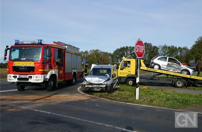 Beide Opels worden zwaar beschadigd afgevoerd.