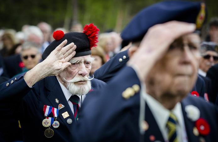 Veteranen herdenken hun strijdmakkers op de begraafplaats aan de Holterberg vandaag.